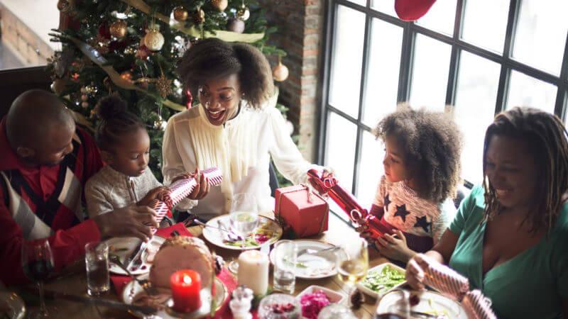 christmas-family-dinner-stock-800x450